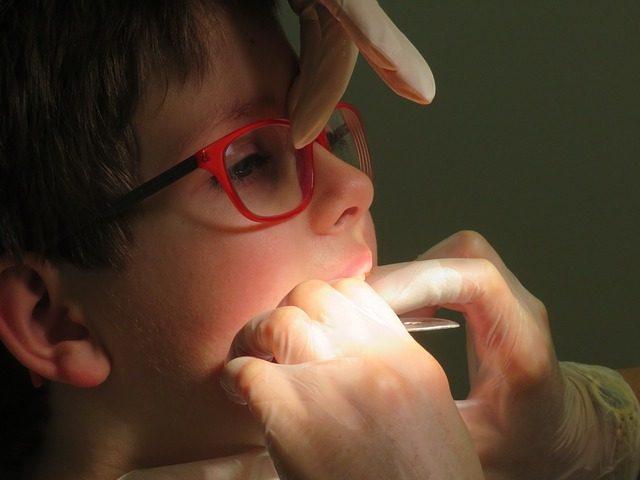 Ma première visite dentaire de 3 ans: comment ça se passe?