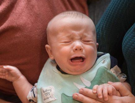 Pourquoi le bébé s'énerve-t-il pendant l'allaitement ?